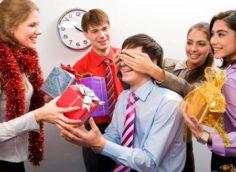 Что подарить на Новый год 2020 коллегам по работе недорого и со вкусом: мужчине или женщине