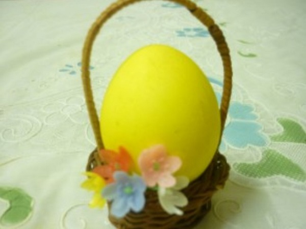 Пасхальное яичко желтого цвета